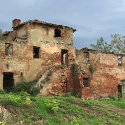 Vista del rudere della casa colonica